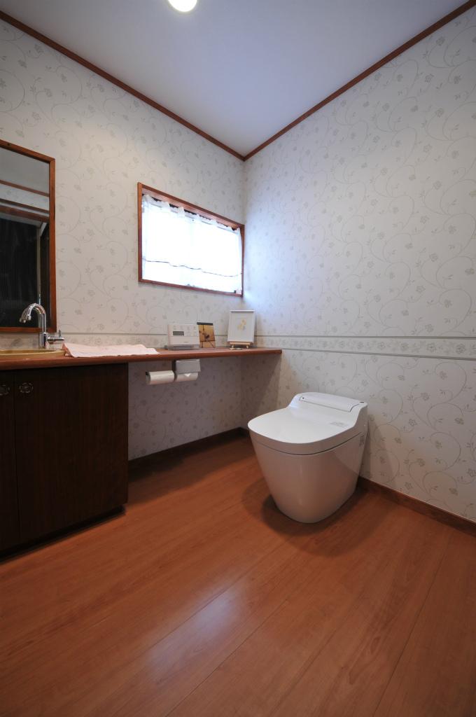 バリアフリーの広々トイレ空間へ