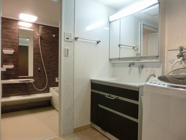 ワイドな洗面台でスッキリ洗面室に!
