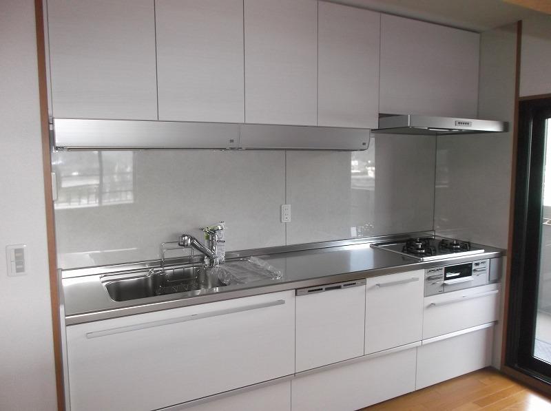 シンプルで清潔感のある白いキッチン