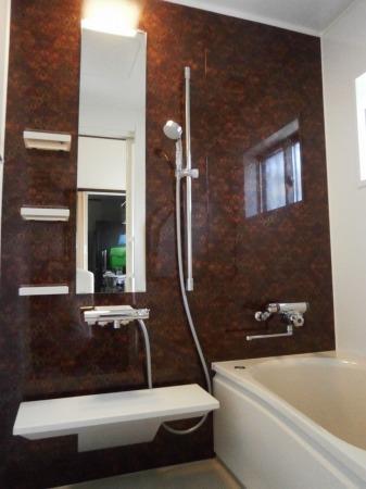 キリムレッドの浴室壁パネル