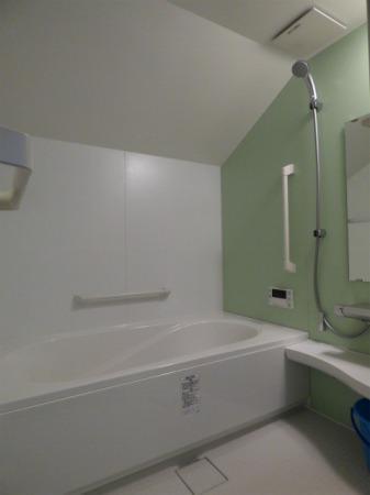 天井が斜めに下がった浴室をシステムバスにリフォーム